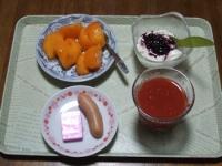 11/12 朝食 柿、豆乳ヨーグルト+ブルーベリーソース、ウィンナー、鉄分チーズ、リンゴ酢トマトジュース