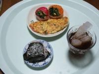 11/12 昼食 カニカマ入りオムレツ、ほうれん草のおかず2品、雑穀米おにぎり(シラス)