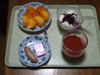 11/13 朝食 柿、ウィンナー、豆乳ヨーグルト、鉄分チーズ、リンゴ酢入りトマトジュース
