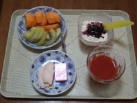 11/14 朝食 柿、キウイ、サラダチキン、豆乳ヨーグルト、鉄分チーズ、リンゴ酢入りトマトジュース