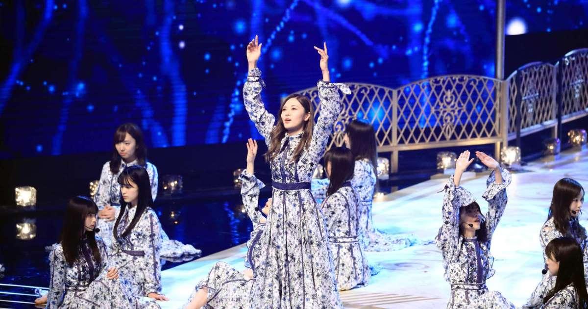 優秀作品賞に選ばれた「シンクロニシティ」を熱唱する白石麻衣(中央)ら乃木坂46