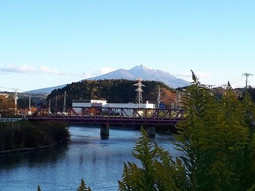 秋 冠雪の岩木山