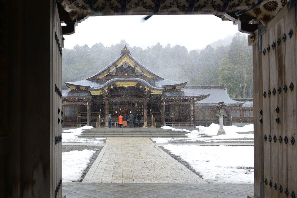 雪舞う神社-8
