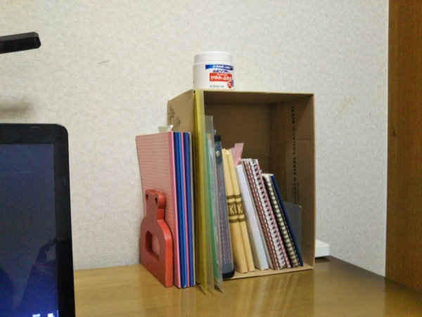 私の机の上、本やノートの収納を空き箱で実験中