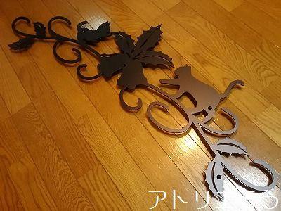 アトリエそう オーダーメイドデザインのロートアイアン風アルミ製妻飾りです。猫と柊とベルをモチーフにしたとてもかわいい妻飾りです。