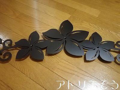 アトリエそう オーダーメイドデザインのロートアイアン風ステンレス製妻飾り。プルメリアのお花と唐草模様を組み合わせた素敵な妻飾りです。