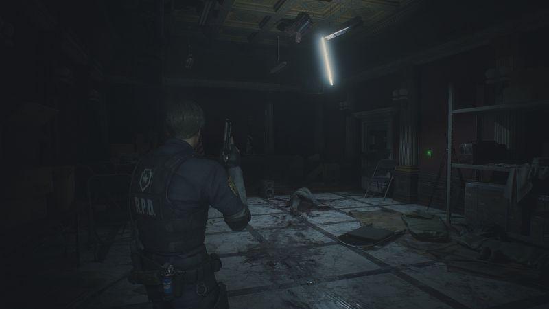 Steam 版 バイオハザード RE:2 色空間・明るさ設定の違い、色空間 sRGB、明るさ調整 すべてデフォルト、警察署内 - プレスルームのスクリーンショット
