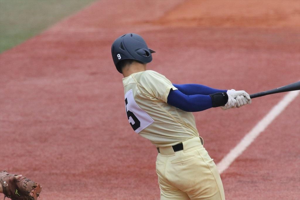 3番知田君が右翼に2塁打を放つ_1