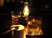 飲み物-ランプと水とウイスキー