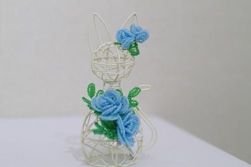 ループで作るバラを着た猫