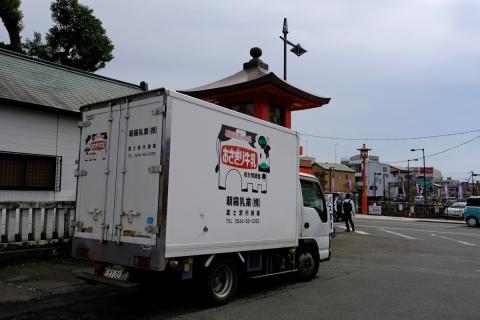 17朝霧乳業配送車