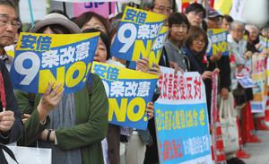 自民党の改憲案国会提出に反対の声を上げる参加者ら=24日午後、東京・永田町で