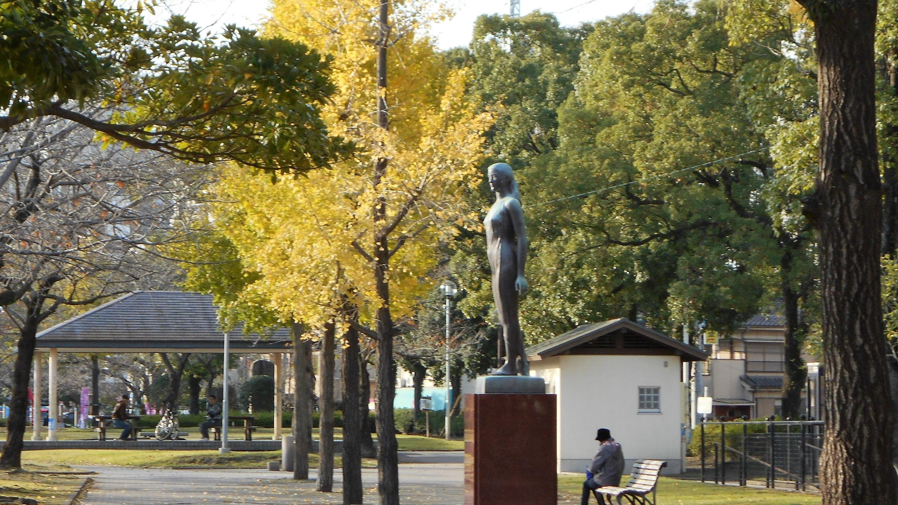 黄葉と野外彫刻