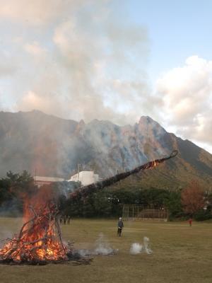 190107-114=19ONA鬼火焚き avc モ岳,倒れかけ aONAグラウンド