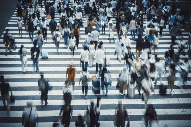 横断歩道を行き交う人