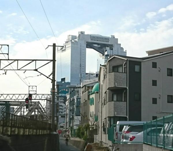 梅田スカイビルがすぐそこに
