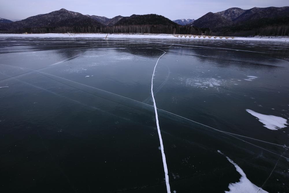 5051 エメラルドグリーンのアイス湖面