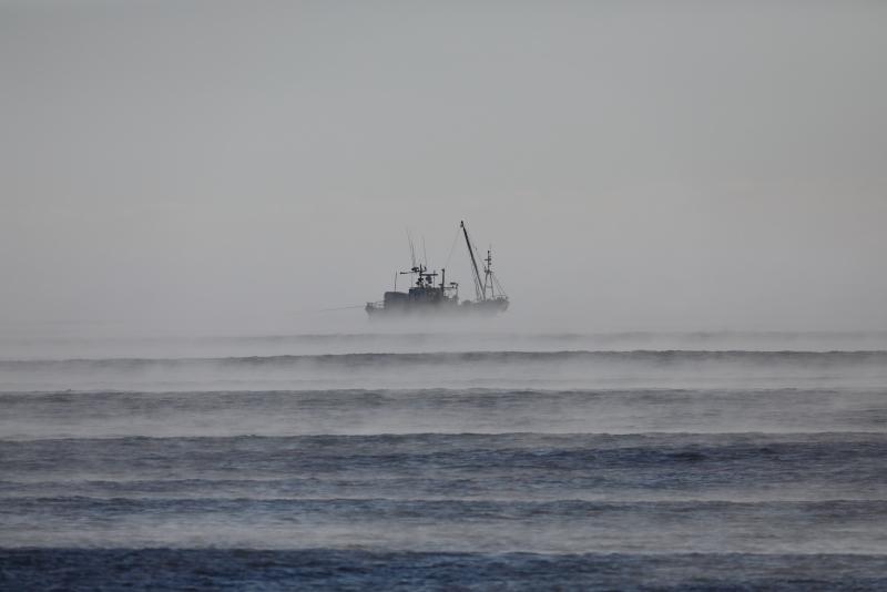 4480 海霧の中の漁船