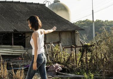 『バーニング 劇場版』 ヘミ(チョン・ジョンソ)は夕暮れのなかで踊りだすことになる。山の向こうは北朝鮮らしい。