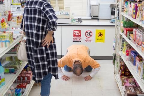 【カスハラ】店員に「土下座強要」で逮捕続く…「お客様は神様」から意識変化か