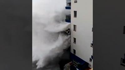 【衝撃!】メサデルマールテネリフェの巨大な波でバルコニーが吹っ飛ぶ!