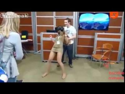 【いいね!】美女がVR体験で・・・スカートが危ない!
