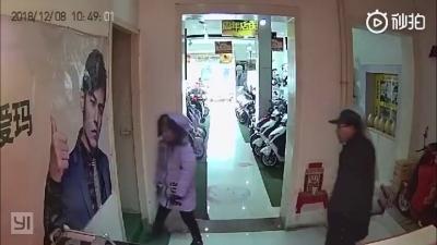 【衝撃!】バイク店で人が飛んできた・・・