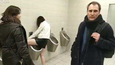 【苦笑】コラコラ・・・そこは男子トイレ!