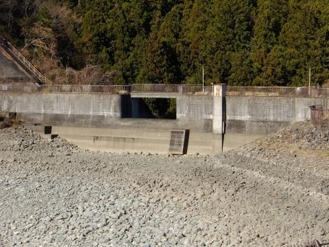 城山湖の余水吐施設