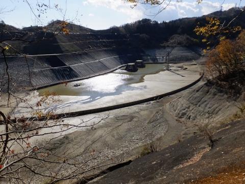水を抜いた城山湖