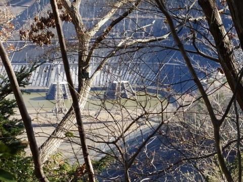 水を抜いた城山湖と取水口