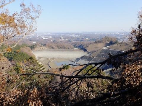 城山湖外周道から空っぽの城山湖を望む