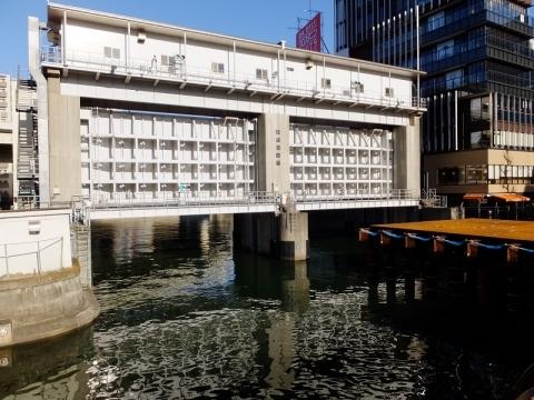 亀島川の日本橋水門