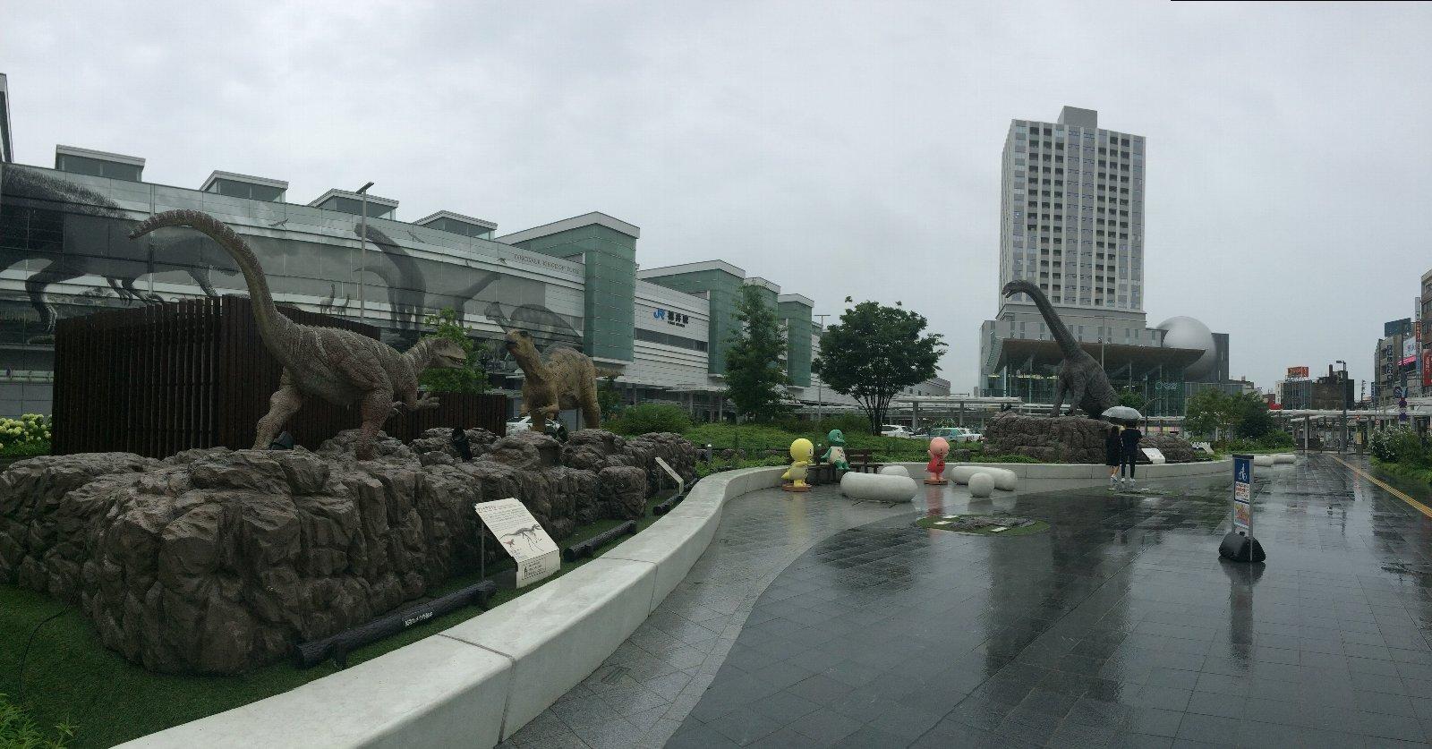 福井駅前恐竜広場(雨)