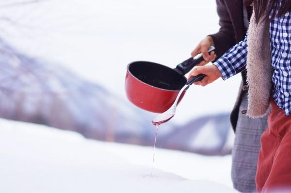 雪にあめで絵を描く