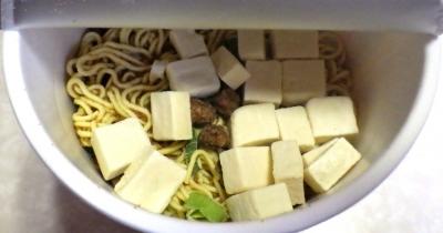 12/31発売 中華三昧タテ型ビッグ 重慶飯店 麻婆麺(内容物)