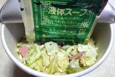 11/26発売 リンガーハットの野菜たっぷりちゃんぽん(カップ版)(2018年版)(内容物)