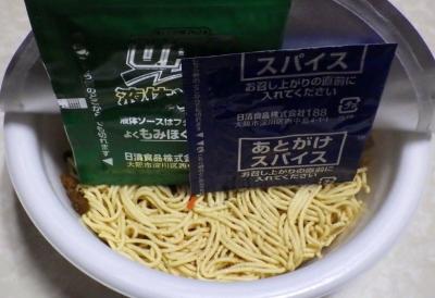 1/21発売 日清焼そば U.F.O. スパイスキーマカレー焼そば(内容物)