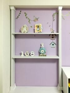 子供部屋の机の上に棚を追加しました。