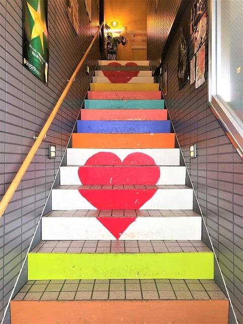 カフェ バー マデラ 階段