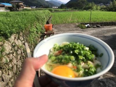 180923三嶋製麺所うどんをネギたっぷりで外で食べる