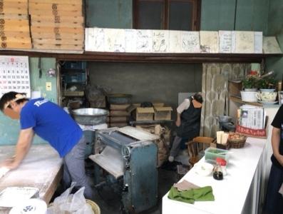 180923三嶋製麺所店内うどん踏み