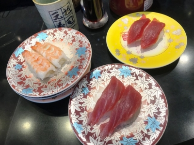 181031元祖寿司羽田空港第2ターミナル店マグロ160円(右上)とサービスとろ130円(手前)食べ比べと海老130円