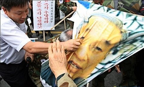 天皇に手をかける朝鮮人