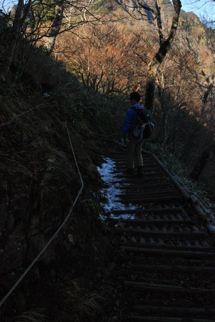土小屋ルート登山道_日陰に残った雪