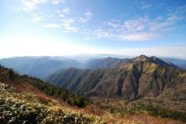 天狗岳からニノ森と堂ヶ森の眺め