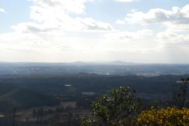 三草山_天狗岩からの眺め_雄岡山と雌岡山
