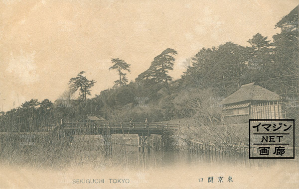 東京関口/上水路/橋を渡る人