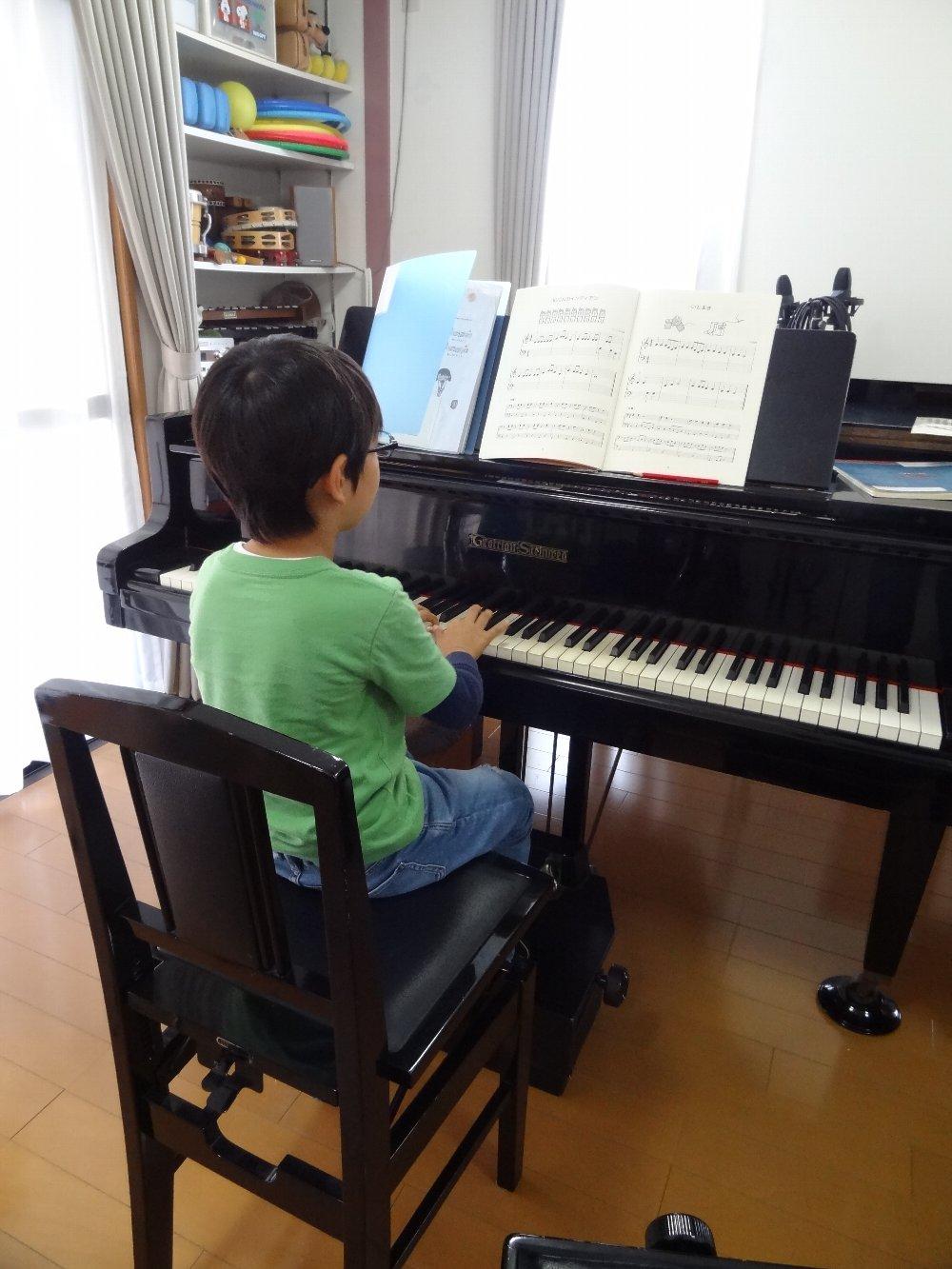 小学生のピアノレッスン