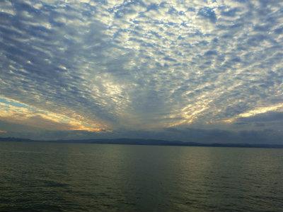 シーサイドライナーから見た空と海